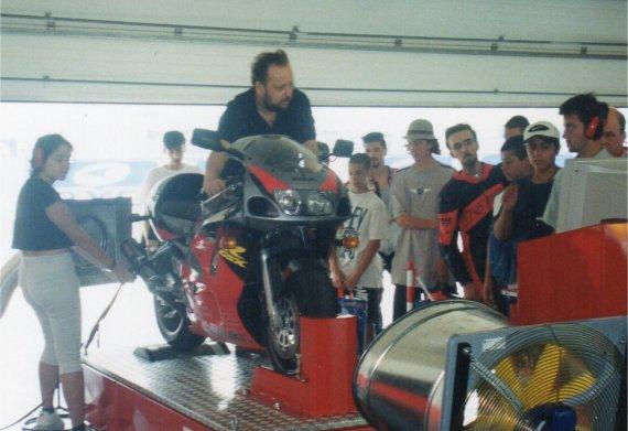 Gabriele Serpilli testa una moto